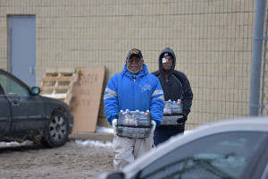 Flint residents pick up free bottled water offered. (Image: Michigan State Police Emergency Mgmt. via Flickr)